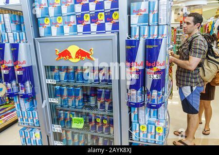 Miami Beach Florida Walgreens Apotheke Drogerie einkaufen Verpackung Display Verkaufsregal Regale Produkte für Verkauf Fall Red Bul - Stockfoto