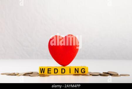 Hochzeitstext mit Plastikblöcken und rotem Herz - Stockfoto