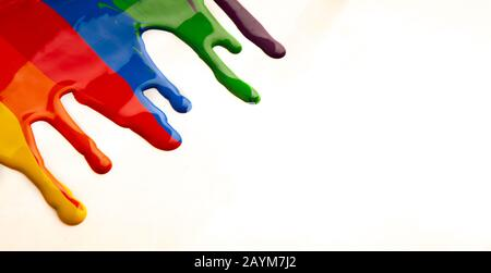 Bunte Farbe tropft isoliert auf weißem Hintergrund - Stockfoto