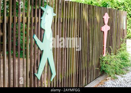 16. MAI 2018, BERLIN, DEUTSCHLAND: Ampelmann-Figur am Zaun in der Berliner Altstadt - Stockfoto