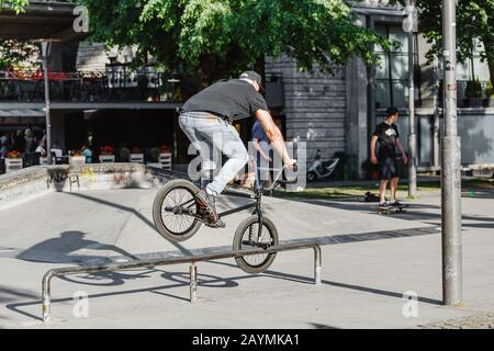 13. MAI 2018, BUDAPEST, UNGARN: Mann führt mit bmx-Fahrrad an der Rampe auf einem Skatepark im Stadtpark einen Stunt durch - Stockfoto
