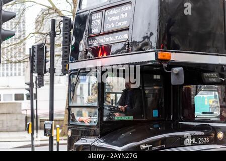 Der Ghostbustour Old London Routemaster Bus ist schwarz lackiert. Ghost Bus Tours hat den Londoner Bus zurückgezogen, der für den spoky Transport in der Stadt benutzt wird. Unbelasteter Arm - Stockfoto