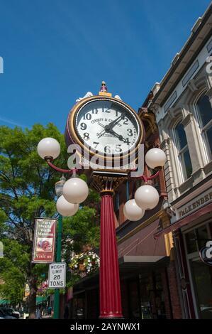 Straßenszene mit Uhr in Walla Walla, Washington, USA. - Stockfoto