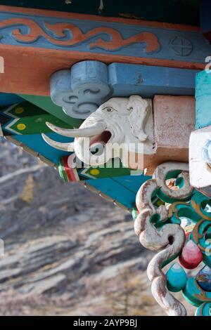 Details des Daches mit einem Elefanten an der Außenseite des Ariyabal-Meditationstempels im Gorkhi Terelj Nationalpark, der 60 km von Ulaanbaa entfernt ist - Stockfoto