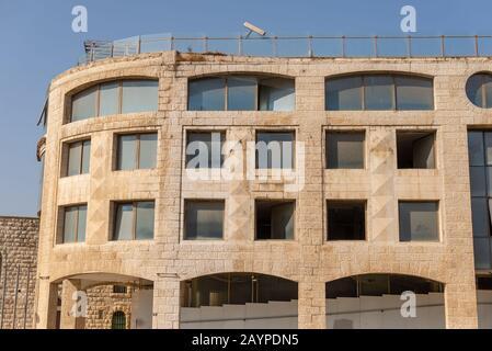 Straßenszenen auf dem Jerusalemer Altstadtmarkt nahe der westlichen Mauer, die die Stadt durch Religion voneinander trennt. - Stockfoto