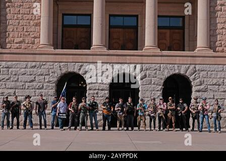 """Phoenix, Arizona, USA. Februar 2020. Etwa 1500 Waffenrechtbefürworter versammeln sich im Arizona State Capitol zur Unterstützung der 2. Ammendment. Die Kundgebung hieß """"Feiern und Schützen der 2. Ammendment"""". Arizona ist ein offener Carry-Staat und Fürsprecher tragen verschiedene Arten von langen Gewehren, um ihren Widerstand gegen jedes vorgeschlagene Verbot von Sturmwaffen zu zeigen. Sie sind auch gegen so genannte """"Red Flag""""-Gesetze, die es der Polizei ermöglichen, Waffen vorübergehend von einer Person wegzunehmen, die sie als Bedrohung gegen sich selbst oder die Gesellschaft empfinden. Die meisten zeigen die Unterstützung von Präsident Trump und seine starke Unterstützung für jeden ch - Stockfoto"""
