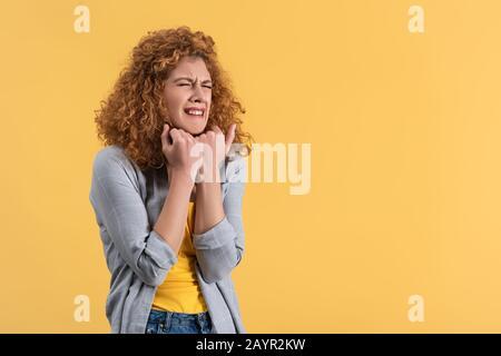 Attraktives Rotkopfmädchen weinte isoliert auf Gelb - Stockfoto