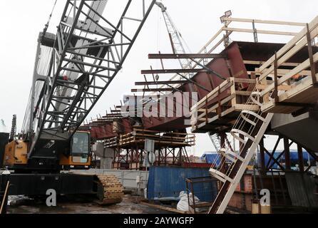 Moskau, RUSSLAND - 17. FEBRUAR 2020: Bauarbeiten für eine Straßenkreuzung auf dem Volokolamskoye Shosse Highway laufen. Vladimir Gerdo/TASS - Stockfoto