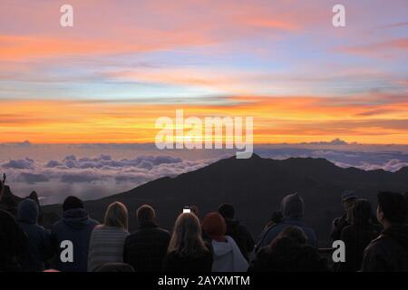 13.07.2014 Maui Hawaii-Touristen steigen vor der Tagespause auf und fahren zum Gipfel des Haleakala-Vulkans auf der Insel Maui, um den inspirierenden Sonnenaufgang zu erleben. Stockfoto