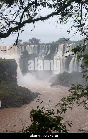 Blick auf San Martin und Bossetti Falls, einer der Wasserfälle der Iguassu-Wasserfälle auf der Argentinischen Seite des Iguassu-Nationalparks. - Stockfoto