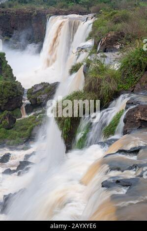 Blick auf die San Martin Falls, einen der Wasserfälle der Iguassu-Wasserfälle auf der Argentinischen Seite des Iguassu-Nationalparks. - Stockfoto