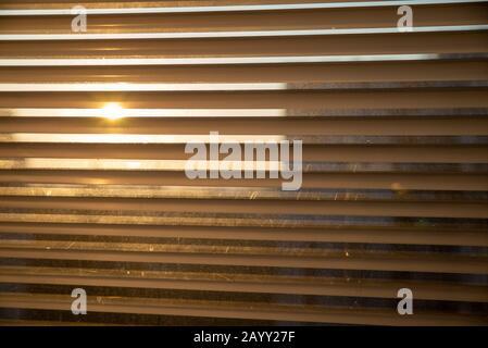 Jalousie am Fenster schließen nach oben - Stockfoto