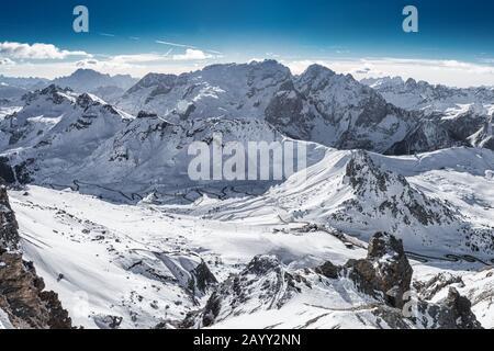 Blick auf den Pass Passo pordoi und Marmolada von Saas Pordoi, Italien, Europa. - Stockfoto