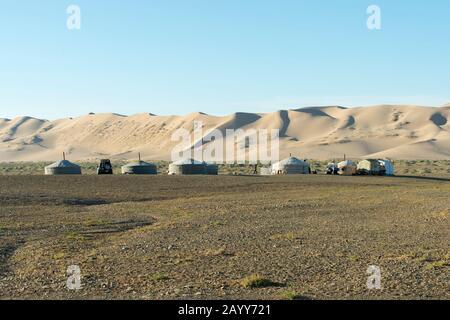 Ein Herder-Camp vor den Hongoryn-Els-Sanddünen in der Wüste Gobi im Süden der Mongolei. - Stockfoto
