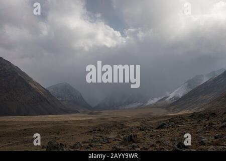 Schnee und Niederschlag im Hatuugeen-Tal im Altai-Gebirge in der Provinz Bayan-Ulgii im Westen der Mongolei. - Stockfoto