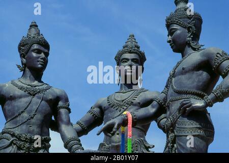 Das Drei-Könige-Denkmal im Zentrum der Altstadt von Chiang Mai porträtiert Phya Mangrai im Zentrum und plant mit seinen Königsfreunden Phya Ramkhamhaeng von Sukhothai und Phya Ngam Muang von Phayao die neue Stadt Chiang Mai. König Mangrai (1239-1311) war der 25. König von Ngoen Yang (r. 1261-1296) und der erste König von Chiang Mai (r. 1296-1311), Hauptstadt des Königreichs Lanna (1296-1558). Wat Phra Singh oder Wat Phra Singh Woramahaviharn seinen vollständigen Namen zu geben, wurde erstmals um 1345 von König Phayu, dem 5. König der Mangrai-Dynastie, erbaut. - Stockfoto