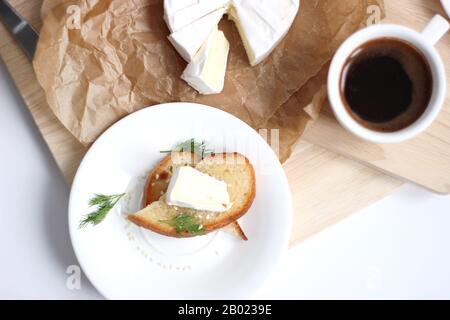 Frisch Gebrühter Espresso serviert mit französischem Käse Camembert mit frischem Toast. Einstellung Des Frühstückstabs. - Stockfoto
