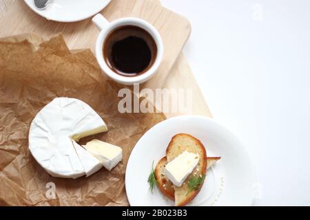 Overhead-Blick auf das Frühstück mit Frischem Kaffee, serviert mit Toast und Käsebrie. - Stockfoto