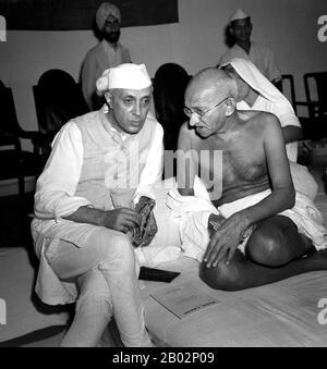 """Mohandas Karamchand Gandhi (2. Oktober 1869 - 30. Januar 1948) war der führende politische und ideologische Führer Indiens während der indischen Unabhängigkeitsbewegung. Er war Wegbereiter für Satyagraha. Dies ist definiert als Widerstand gegen die Tyrannei durch massenhaften zivilen Ungehorsam, eine Philosophie, die fest auf Ahimsa gegründet ist, oder völlige Gewaltlosigkeit. Dieses Konzept half Indien, Unabhängigkeit zu erlangen und inspirierte Bewegungen für Bürgerrechte und Freiheit auf der ganzen Welt. Gandhi wird oft als Mahatma Gandhi oder """"Große Seele"""" bezeichnet, ein Honoratior, der zuerst von Rabindranath Tagore auf ihn angewendet wurde. In Indien wird er auch Bapu (Guj"""