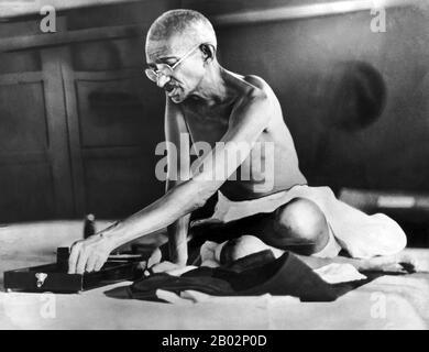 """Mohandas Karamchand Gandhi (2. Oktober 1869 - 30. Januar 1948) war der führende politische und ideologische Führer Indiens während der indischen Unabhängigkeitsbewegung. Er war Wegbereiter für Satyagraha. Dies ist definiert als Widerstand gegen die Tyrannei durch massenhaften zivilen Ungehorsam, eine Philosophie, die fest auf Ahimsa gegründet ist, oder völlige Gewaltlosigkeit. Dieses Konzept half Indien, Unabhängigkeit zu erlangen und inspirierte Bewegungen für Bürgerrechte und Freiheit auf der ganzen Welt. Gandhi wird oft als Mahatma Gandhi oder """"Große Seele"""" bezeichnet, ein Honoratior, der zuerst von Rabindranath Tagore auf ihn angewendet wurde. In Indien wird er auch Bapu (Guj - Stockfoto"""