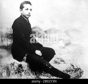 """Albert Einstein (14. März 1879 - 18. April 1955) war ein deutschstämmiger theoretischer Physiker und Wissenschaftsphilologe. Er entwickelte die allgemeine Relativitätstheorie, eine der beiden Säulen der modernen Physik (neben der Quantenmechanik). Er ist in der Populärkultur am bekanntesten für seine Massenenergieäquivalenzformel E = mc2 (die als """"die berühmteste Gleichung der Welt"""" bezeichnet wurde). Er erhielt den Nobelpreis für Physik von 1921 """"für seine Dienste in der theoretischen Physik und insbesondere für seine Entdeckung des Gesetzes des photoelektrischen Effekts"""". Letztere war entscheidend für die Etablierung der Quantentheorie. Einst - Stockfoto"""