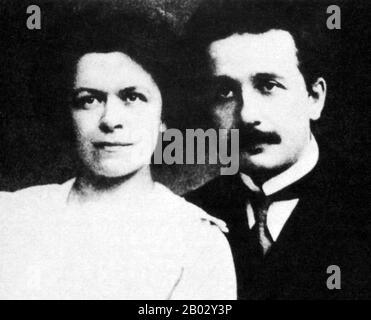 """Albert Einstein (14. März 1879 - 18. April 1955) war ein deutschstämmiger theoretischer Physiker und Wissenschaftsphilologe. Er entwickelte die allgemeine Relativitätstheorie, eine der beiden Säulen der modernen Physik (neben der Quantenmechanik). Er ist in der Populärkultur am bekanntesten für seine Massenenergieäquivalenzformel E = mc2 (die als """"die berühmteste Gleichung der Welt"""" bezeichnet wurde). Er erhielt den Nobelpreis für Physik von 1921 """"für seine Dienste in der theoretischen Physik und insbesondere für seine Entdeckung des Gesetzes des photoelektrischen Effekts"""". Letztere war entscheidend für die Etablierung der Quantentheorie. Milev Stockfoto"""