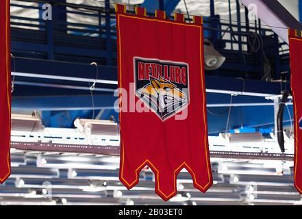 Podolsk, RUSSLAND - 25. JANUAR 2020: Wimpel der Metallurg-Mannschaft beim Eishockeyspiel Vityaz vs. Lokomotiv bei der russischen KHL-Meisterschaft in Podolsk, Russland. Lokomotiv gewann 5:2 - Stockfoto