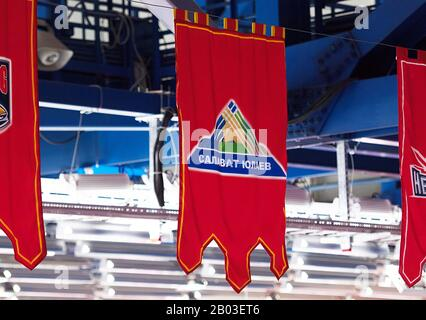 Podolsk, RUSSLAND - 25. JANUAR 2020: Wimpel des Teams Salavat Yulaev beim Eishockeyspiel Vityaz vs. Lokomotiv bei der russischen KHL-Meisterschaft in Podolsk, Russland. Lokomotiv gewann 5:2 - Stockfoto