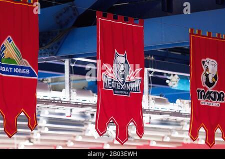 Podolsk, RUSSLAND - 25. JANUAR 2020: Wimpel der Mannschaft von Neftekhimik während des Eishockeyspiels Vityaz gegen Lokomotiv in der russischen KHL-Meisterschaft in Podolsk, Russland. Lokomotiv gewann 5:2 - Stockfoto