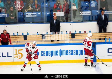 Podolsk, RUSSLAND - 25. JANUAR 2020: Wycheslav Uvayev, Coach, im Eishockeyspiel Vityaz vs. Lokomotiv zur russischen KHL-Meisterschaft in Podolsk, Russland. Lokomotiv gewann 5:2 - Stockfoto