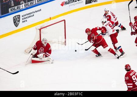 Podolsk, RUSSLAND - 25. JANUAR 2020: Score Scene on Hockey Game Vityaz vs. Lokomotiv on Russia KHL Championship in Podolsk, Russland. Lokomotiv gewann 5:2 - Stockfoto