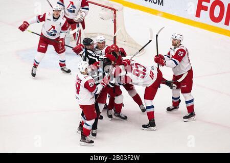 Podolsk, RUSSLAND - 25. JANUAR 2020: D. Misyul (93) kämpft im Eishockeyspiel Vityaz gegen Lokomotiv um russische KHL-Meisterschaft in Podolsk, Russland. Lokomotiv gewann 5:2 - Stockfoto