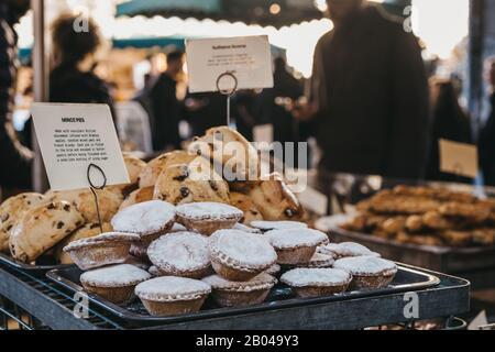 Hackfleisch und Gebäck auf einem Lebensmittelmarkt, selektiver Fokus. - Stockfoto