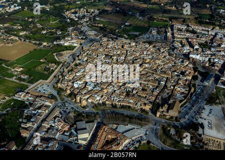 Luftbild, Blick auf Alcúdia mit Stadtmauer, Stierkampfarena, Alcúdia, Europa, Balearen, Spanien, Mallorca, Altstadt, Balearen, es, - Stockfoto