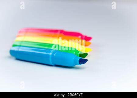 Farbiger Markierer Highlighter in Gelb-Grün-Blau-Pink und Isoliert - Stockfoto