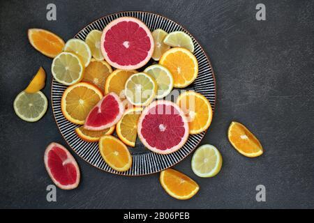 Winter Sonnenschein Gesundheit Lebensmittel von Zitrusfrüchten mit Orangen, Zitronen und Grapefruit. Hoch in Antioxidantien, Vitaminen, Ballaststoffen und Anthocayninen. - Stockfoto