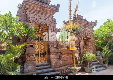 Penjor Pole in der Nähe des balinesischen Hindutempels, Galungan Celebration. Canggu, Bali Island, Indonesien. - Stockfoto