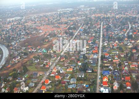 Luftvorstadtsicht über die Häuser fliegen