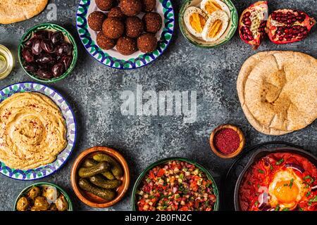 Falafel, Hummus, Shakshuka, israelischer Salat - traditionelle Gerichte der israelischen Küche. Draufsicht.