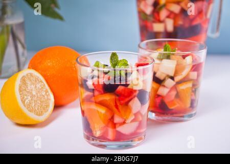Rotwein frischen Sangria oder mit Früchten und Beeren schlagen - Stockfoto