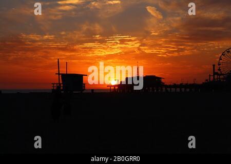 Sonnenuntergang in Santa Monica hinter dem berühmten Pier - Stockfoto