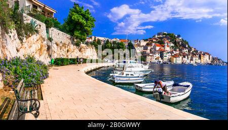 Traditionelle bunte Boote, Meer und Häuser in der Altstadt von Sibenik, Dalmatien, Kroatien. - Stockfoto