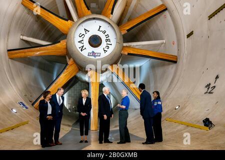Hampton Roads, Vereinigte Staaten. Februar 2020. US-Vizepräsident Mike Pence während einer Tour durch den 14x22-Unterschalltunnel im NASA Langley Research Center am 19. Februar 2020 in Hampton, Virginia. Kredit: D. Myles Cullen/White House Foto/Alamy Live News - Stockfoto