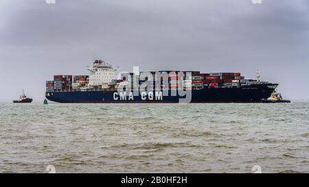 CMA CGM Nerval Containerschiff-Manöver, um Felixstowe Port zu betreten, um Container zu entladen. CMA CGM ist eine französische Container-Transport- und Transportfirma - Stockfoto