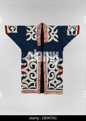 Ainu Robe, Japan, Meiji-Zeit (28-1912), Kultur: Japan, Baumwolle und Wolle mit Applikation (kiri-fuse), Gesamt: 48 1/4 x 50 1/2 Zoll. (122,6 x 128,3 cm), Textil-Kostüme