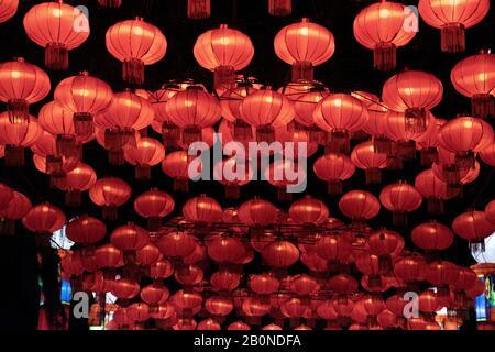 Eine Reihe von roten chinesischen Laternen in der Nacht, die im Kreis angeordnet sind - Stockfoto