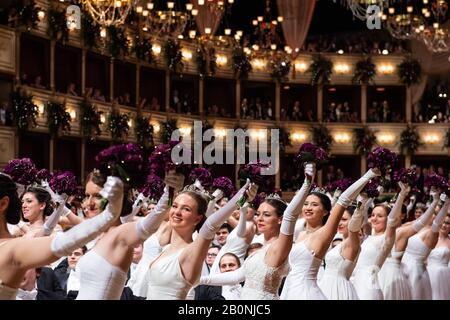 Wien, Österreich. Februar 2020. Tänzer besuchen den Opernball an der Wiener Staatsoper, Österreich, 20. Februar 2020. Der Wiener Opernball 2020 fand am Donnerstagabend statt. Gutschrift: Guo Chen/Xinhua/Alamy Live News - Stockfoto