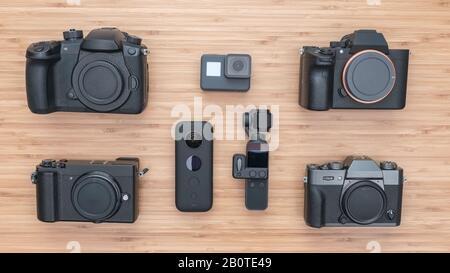 Satz der alten Kameras und Fotogeräte auf Holzhintergrund, Draufsicht Stockfoto