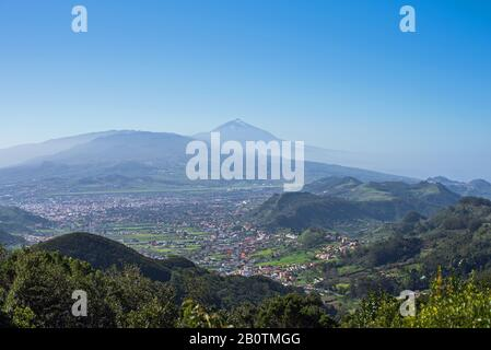 Schöner Blick auf das Tal und Teide von mirador de Cruz del Carmen, auf Tenera, Spanien - Stockfoto