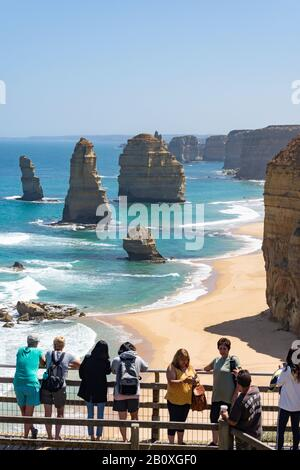 Touristen bei Lookout, The Twelve Apostles, Port Campbell National Park, Western District, Victoria, Australien - Stockfoto